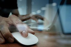 Slut upp av handen för affärsman som arbetar på bärbar datordatoren Arkivbild