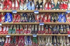Slut upp av handen - gjorda skor, en av artigianalprodukterna av Lijiang den gamla staden, i Yunna Arkivfoton