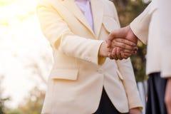 Slut upp av handskakningen på naturbakgrund Schacket figurerar bishops Royaltyfri Fotografi