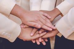 Slut upp av handskakningen på naturbakgrund Schacket figurerar bishops Arkivbild