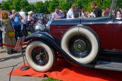 Slut upp av huvprydnaden av den Packard singeln åtta 143 Arkivbild