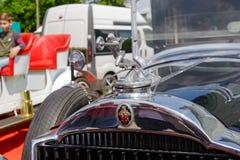 Slut upp av huvprydnaden av den Packard singeln åtta 143 Royaltyfri Bild