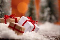 Slut upp av julklappar som slås in i guld Royaltyfri Fotografi