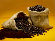 SLUT UPP AV kaffebönor i en påse Fotografering för Bildbyråer