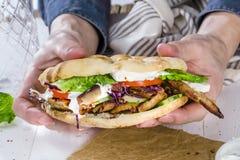 Slut upp av kebabsmörgåsen på träbakgrund arkivfoton