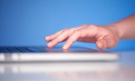 Slut upp av knappar för tangentbord för trycka på för hand Royaltyfri Foto