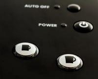 Slut upp av knappar på enkel servekaffe och tetillverkare Royaltyfri Foto