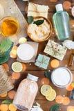 Slut upp av kosmetiska produkter för kroppomsorg på trä Arkivbilder