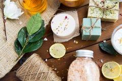 Slut upp av kosmetiska produkter för kroppomsorg på trä Arkivbild