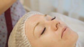 Slut upp av kosmetologen som gör hudbehandling med den ultraljuds- maskinen arkivfilmer