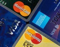 Slut upp av kreditkortutfärdaremärken och logoer royaltyfria foton