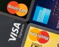 Slut upp av kreditkortutfärdaremärken och logoer fotografering för bildbyråer