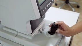 Slut upp av kvinnadoktorn som arbetar med refractometermaskinen stock video