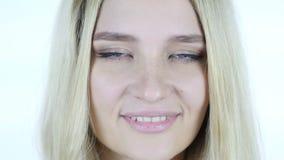 Slut upp av kvinnaframsidan och att blinka ögon stock video