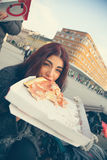 Slut upp av kvinnan som äter pizza Royaltyfria Bilder