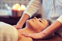 Slut upp av kvinnan som ligger och har massage i brunnsort arkivbilder