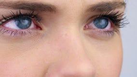 Slut upp av kvinnas ögon stock video