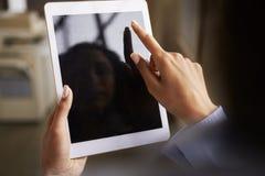 Slut upp av kvinnas händer genom att använda minnestavlapekskärmen royaltyfri fotografi