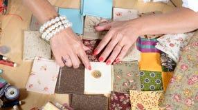 Slut upp av kvinnas patchworken för handsömnad Arkivbilder