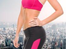 Slut upp av kvinnlig abs i sportswear royaltyfria foton