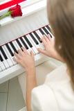 Slut upp av kvinnlighänder som spelar pianot arkivfoton