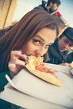 Slut upp av kvinnlign som äter pizza Royaltyfri Foto