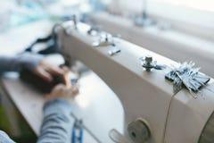 Slut upp av kvinnligt arbete på symaskinen fotografering för bildbyråer