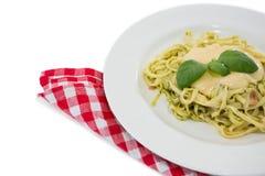 Slut upp av lagad mat pasta i platta Arkivfoto