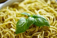 Slut upp av lagad mat pasta med basilikasidor Royaltyfri Fotografi