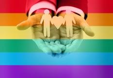 Slut upp av lyckliga manliga glade par med förälskelsesymbol stock illustrationer