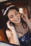 Slut upp av lyssnande musik för ung kvinna royaltyfri bild