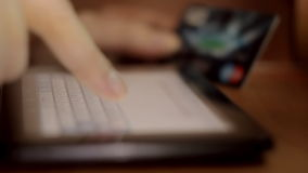 Slut upp av mänsklig fingermaskinskrivning på det faktiska tangentbordet lager videofilmer