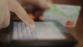 Slut upp av mänsklig fingermaskinskrivning på det faktiska tangentbordet stock video