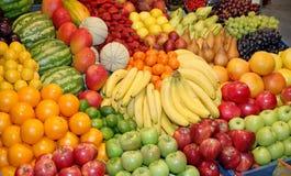 upp av många färgrika frukter på marknadsställning Royaltyfri Bild