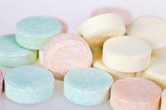 Slut upp av mångfärgade preventivpillerar Arkivfoton