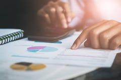 Slut upp av manliga revisordanandeberäkningar Besparingar financ arkivfoto