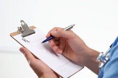 Slut upp av manligt papper för doktorshandstilrecept Arkivfoto