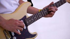 Slut upp av mannen som spelar den förstärkta akustiska gitarren gem Närbildsikt av handen som spelar gitarren Musikerlek på bas arkivfoton
