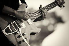 Slut upp av mannen som spelar en gitarr Arkivfoton