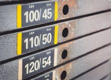 Slut upp av maskiner på idrottshallrummet royaltyfri bild