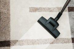 Slut upp av matta för dammsugaredysalokalvård hemma Arkivfoto