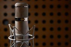 upp av mikrofonen i inspelningstudio Arkivfoto