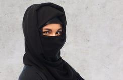 slut upp av muslimkvinnan i hijab arkivbild