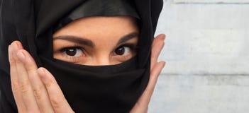 slut upp av muslimkvinnan i hijab royaltyfri foto