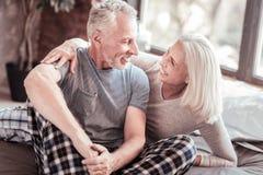 Slut upp av nöjda åldringpar som uttrycker förälskelse arkivfoto