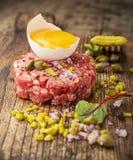 Slut upp av nötkötttandsten med kapris Arkivfoton