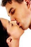 Slut upp av näckt kyssa för par Royaltyfri Bild