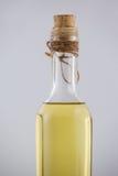 Slut upp av olivoljaflaskan med kork Arkivbilder