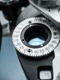 Slut upp av optisk utrustning i ögondoktors kontor Arkivbild
