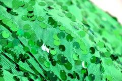 Slut upp av paljetten på grönt tyg Fotografering för Bildbyråer